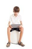 Muchacho adolescente que sostiene la PC de la tableta Foto de archivo libre de regalías
