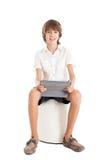 Muchacho adolescente que sostiene la PC de la tableta Foto de archivo