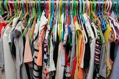 Camisa colorida no gancho Fotografia de Stock Royalty Free