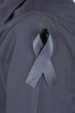 Camisa com fitas pretas como um sinal da lamentação Fotos de Stock Royalty Free
