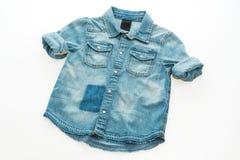 Camisa de la mezclilla de la moda fotos de archivo