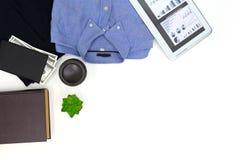 Camisa de los hombres de la visión superior, tableta de los pantalones largos Imagenes de archivo