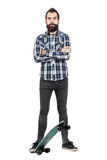 Camisa de manta vestindo da tartã do moderno orgulhoso que está no skate com braços cruzados Imagens de Stock Royalty Free