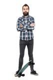 Camisa de tela escocesa de tartán del inconformista que lleva orgulloso que se coloca en el monopatín con los brazos cruzados Imágenes de archivo libres de regalías
