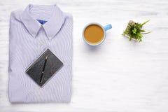 Camisa del hombre de negocios en el fondo de madera blanco Imagen de archivo