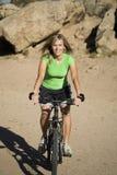 Camisa del verde de la bici del montar a caballo de la mujer Imagen de archivo libre de regalías