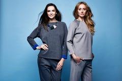 Camisa do terno de duas roupa 'sexy' bonitas da mulher e tre ocasionais das calças Imagem de Stock Royalty Free