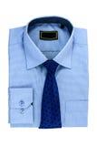 A camisa e o laço do homem azul novo isolados no branco Imagem de Stock Royalty Free