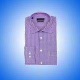 Camisa masculina agradável contra o inclinação Fotos de Stock Royalty Free