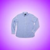 Camisa masculina agradable contra la pendiente Fotografía de archivo