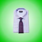 Camisa masculina agradable contra la pendiente Foto de archivo