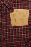 Camisa masculina con las postales del vintage en el bolsillo Fotografía de archivo