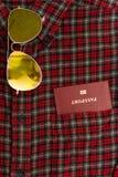 Camisa masculina con un pasaporte en el bolsillo Imagenes de archivo