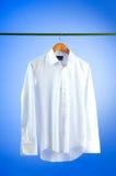Camisa masculina contra gradiente fotos de archivo