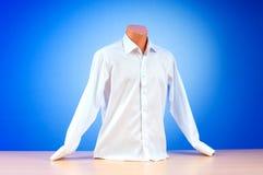Camisa masculina de encontro ao inclinação Fotografia de Stock