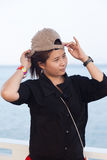 Camisa negra de las mujeres asiáticas. Ella llevaba un sombrero fotografía de archivo libre de regalías