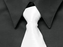 Camisa negra. Lazo blanco foto de archivo