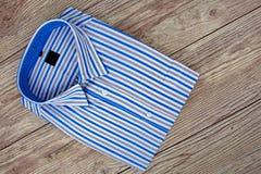 Camisa para hombre hermosa con las rayas fotografía de archivo libre de regalías