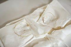 Camisa para o rito do batismo com uma cruz dourada fotos de stock royalty free