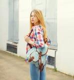 camisa que lleva de la chica joven con la mochila al aire libre Fotos de archivo