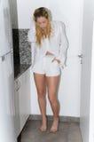 Camisa que lleva y pantalones cortos de la mujer rubia joven Imagen de archivo