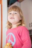 Camisa rubia sonriente del rosa del niño Fotografía de archivo