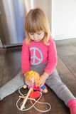 Camisa rubia triste del rosa del niño con la marioneta Foto de archivo