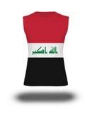Camisa sem mangas atlética com a bandeira de Iraque no fundo e na sombra brancos Imagem de Stock Royalty Free