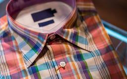 Camisa sport de la manga de la tela escocesa de los hombres fotos de archivo libres de regalías