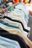 Camisa velha que pendura em ganchos plásticos Fotografia de Stock Royalty Free