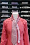 Camisa vermelha com um laço cor-de-rosa Fotos de Stock Royalty Free