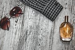 Camisa, vidros, café e perfume Recrutamento de um homem bem sucedido em tons de imitação fotos de stock royalty free