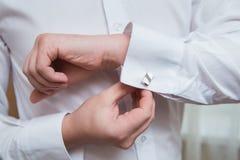 Camisa y mancuerna blancas Imagenes de archivo