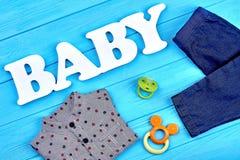 Camisa y vaqueros, accesorios para el bebé Imagen de archivo