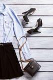 Camisa y zapatos negros del talón Imagenes de archivo