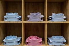 Camisas apiladas en un estante en una tienda Imagen de archivo