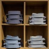 Camisas apiladas en un estante en una tienda Fotos de archivo libres de regalías