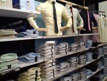 Camisas arranjadas em seguido Fotografia de Stock Royalty Free
