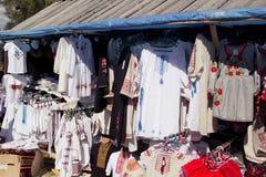 Camisas bordadas ucraniano en el Sorochintsy Foto de archivo