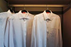 Camisas brancas no armário Foto de Stock Royalty Free
