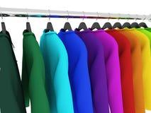 Camisas coloridas com os ganchos isolados no branco Imagens de Stock