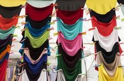 Camisas coloridas de t no mercado Foto de Stock