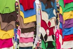 Camisas coloridas de t no mercado Fotos de Stock Royalty Free