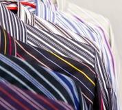 Camisas coloridas del estante del primer Fotos de archivo