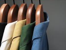 Camisas coloridas en un armario imagen de archivo