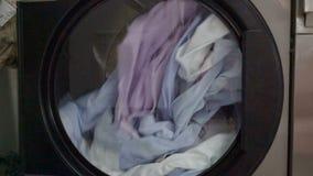 Camisas coloridas na máquina de lavar moderna video estoque