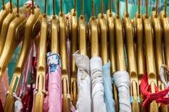 Camisas coloridas na venda Fotos de Stock Royalty Free