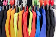 Camisas coloridas que penduram para seu estilo da cor Imagem de Stock Royalty Free