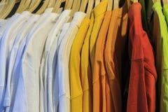 Camisas da cor T em uma loja Fotos de Stock Royalty Free