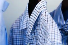 Camisas de alineada elegantes del Mens que cuelgan cuidadosamente imágenes de archivo libres de regalías